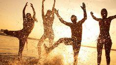 La recreación social es uno de los mejores remedios posibles para sobrellevar la depresión, siempre y cuando logre distraer la mente, aberrándose fuertemente a la sensación de felicidad que el momento o la compañía pueda generar.
