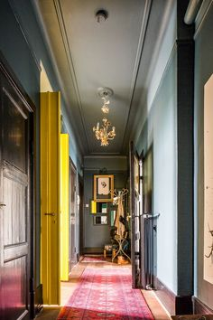 Painted ceiling and contrast, love yellow doors! For hallway? Deco Design, Design Case, Decoration Entree, Yellow Doors, Yellow Hallway, Bright Hallway, Grey Hallway, Long Hallway, Turbulence Deco