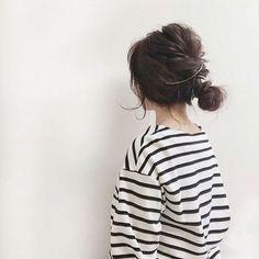 トップをねじりながらふんわりピンで留めて、低めのおだんご。毛束を簡単にすくえるのも、この長さならでは◎
