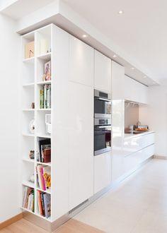 Bibliothèque pour bien terminer la rangée de meubles de cuisines. Contemporain Cuisine by Séverine Kalensky Architecte d' Intérieur