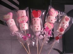 Pin by shirley home on Valentine& ideas Decorated Marshmallows, Chocolate Covered Marshmallows, Marshmallow Pops, Kinder Valentines, Valentines Day Treats, Valentine Day Crafts, Pinterest Valentines, Candy Bouquet Diy, Lolly Buffet