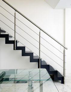 Escalier Ferro avec limon crémaillère en acier et garde-corps inox.