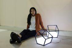 Nissa Kinjalina est une jeune designer qui vit et travaille au Kazakhstan. Durant longtemps, elle a hésité sur son avenir professionnel: devenir écrivain, psychologue ou artiste. C'est finalement sa fibre artistique qui a pris le dessus pour notre plus grand bonheur.  Je vous présente ses lampes baptisées « Living light » qui représentent une forme géométrique qui semble être remplie d'un liquide lumineux. Un travail intéressant entre sculpture et design.