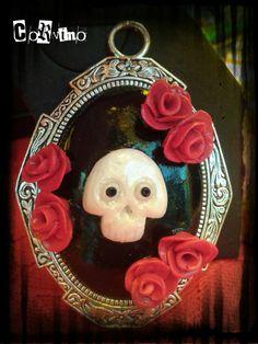 Collana cammeo teschio con rose di HandmadeCorvino su Etsy
