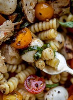 This grilled chicken caprese pasta salad is a summer dream! Layer your salad or toss it together, drizzle with balsamic vinaigrette and serve! Marinated grilled chicken, juicy tomatoes, rich mozzarella and fresh basil. It's incredible. Caprese Pasta Salad, Caprese Chicken, Grilled Chicken, Spiral Pasta, Tomato Mozzarella, Balsamic Dressing, Summer Salads, The Fresh, Summer Recipes