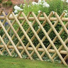 Bamboo Garden Fences, Bamboo Trellis, Backyard Garden Landscape, Small Backyard Gardens, Garden Trellis, Bamboo Garden Ideas, Cheap Garden Fencing, Gravel Garden, Diy Fence