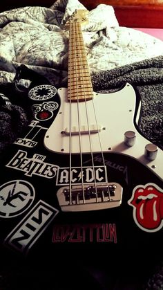 My child. My favorite sticker is the Green Day, Warning sticker.- - My child. My favorite sticker is the Green Day, Warning sticker. Music Aesthetic, Aesthetic Grunge, Aesthetic Vintage, Aesthetic Anime, Aesthetic Boy, Guitar Art, Cool Guitar, Guitar Tattoo, Guitar Songs