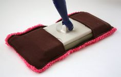 The Reusable Swiffer Sweeper is the Earth-friendly solution to all those disposable Swiffer cleaning pads gathering in your trash. Keep your house clean and your wallet happy with this awesome DIY Swiffer tutorial. Sewing Hacks, Sewing Tutorials, Sewing Crafts, Sewing Projects, Diy Crafts, Sewing Ideas, Sewing Patterns, Sewing Stitches, Sewing Basics