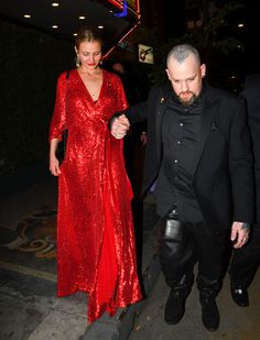 Cameron Diaz And Benji Madden - Cameron and Good Charlotte band member, Benji Madden, make an unlikely but sweet couple. The two married in 2015 but are hardly ever caught on camera together. Cameron Diaz Style, Good Charlotte, Lead Lady, Jenny Packham, Sweet Couple, Celebs, Celebrities, Celebrity Hairstyles, Celebrity