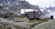 CAPANNA DEL FORNO - Sorge a 2574 m. ai piedi dello sperone SW del Monte Forno, affacciato sul ghiacciaio del Forno, sulla sua sponda destra orografica.