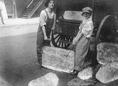 1918 - Donne trasportano ghiaccio
