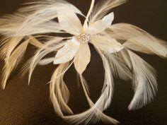 tocado de #novia #Innovias elaborado con plumas en forma de flor