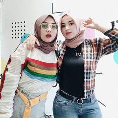 "SALMA SALSHA ✨ di Instagram ""Oh yang suka posting foto tag kamu di instagram tapi gatau kamu chatingan sama aku, itu pacar kamu?"" Casual Hijab Outfit, Hijab Chic, Hijab Jeans, Muslim Women, Hijab Fashion, Turtle Neck, Wonder Woman, Model, Sweaters"