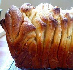 Noch warm, duftend, frisch gebacken kann diesem himmlischen Pull-Apart-Bread niemand widerstehen… Zutaten: Für den Teig: 2 3/4 Becher Weizenmehl 2TL Trockenhefe 2 Eier 1/4 Becher Zucker 4EL Butter 1/4 Becher Wasser 1/2 TLSalz 1TL Vanilleextrakt 1/3 Becher Milch  Für den Belag: 4 EL Butter 1 Becher Zucker 2TL Zimtpulver 1/2 Muskatnuss Auf der nächsten Seite geht es zur Zubereitung