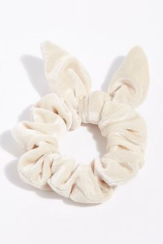 12 Velvet Scrunchies That Will Take Your Ponytail To The Next Level Diy Hair Scrunchies, Velvet Scrunchie, Accesorios Casual, Diy Hair Accessories, Diy Hairstyles, Hair Ties, Girly Things, Ponytail, Headbands