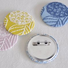 刺繍生地の缶バッジ 紫陽花 - 点と線模様製作所
