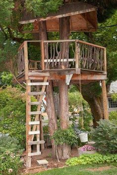 Love this treehouse for the kiddos.