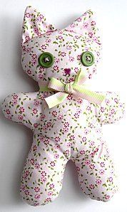 Doudou chat avec patron / Barnaby the kitten Fabric Toys, Fabric Crafts, Sewing Crafts, Sewing Projects, Cat Fabric, Sewing Diy, Free Sewing, Sewing Stuffed Animals, Stuffed Animal Patterns