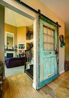 Puerta de granero estilo Shabby Chic en tonos cenestes.