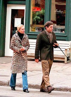 Some great street style inspo from John F. Kennedy and Carolyn Bessette Kennedy, circa 🍭 John Kennedy Jr, Carolyn Bessette Kennedy, Jfk Jr, Estilo Coco Chanel, Five Jeans, Timeless Fashion, Style Fashion, Style Icons, Celebrity Style