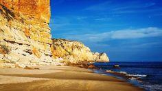 Praia de Porto de Mós - Lagos, Algarve (Portugal).  A Praia do Porto de Mós é a segunda maior praia da região de Lagos e é um extenso e largo areal de areias douradas e macias com vários quilómetros, localizada entre falésias íngremes. Fica localizada a 4 km a sudoeste da cidade, sendo uma agradável e muito popular praia alternativa entre as famílias para escaparem das multidões que aos fins-de-semana enchem o vasto areal da maior praia da região.