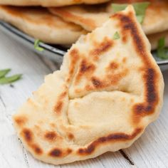 Einfaches veganes Naan Brot selbst gemacht, diese vegane, laktosefreie Rezept hiflt dir dabei, umfassbar leckere Naan Brote selbst zu backen.