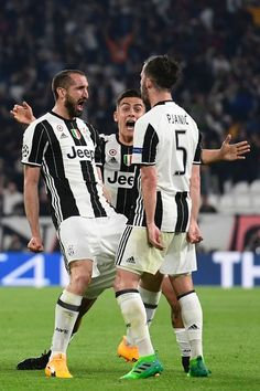 Juventus' defender from Italy Giorgio Chiellini (L) celebrates with teammates Juventus midfielder Miralem Pjanic and Juventus' forward from Argentina Paulo Dybala (C) after scoring during the UEFA Champions League quarter final first leg football match Juventus vs Barcelona, on April 11, 2017 at the Juventus stadium in Turin.  / AFP PHOTO / Miguel MEDINA