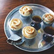 The Hummingbird Bakery's salted caramel cupcakes cupcake recipes Red Online Fun Cupcakes, Cupcake Cakes, Cup Cakes, Lemon Cupcakes, Vanilla Cupcakes, Hummingbird Bakery Recipes, Salted Caramel Cupcakes, Chocolate Cupcakes, Salted Caramels