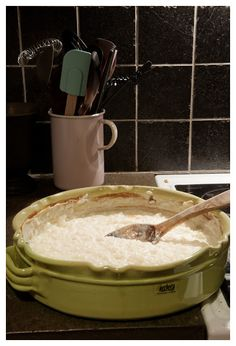 Risgrynsgröt i ugn - Bara en kaka till Pudding Desserts, Fika, Hummus, Recipies, Food And Drink, Cooking Recipes, Treats, Brunch, Healthy