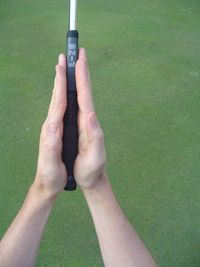 Illustrated Golf Putting Grip Lesson that talks you through the steps of a standard reverse overlap grip.