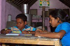 Meena (14) woont met haar moeder en drie broers in een huisje met één kamer in de Lok Mata Kushth leprakolonie in New Delhi.