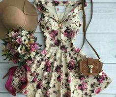Une jolie robe légère et fleurie ! Avec un chapeau et un petit sac en cuir vous serez divine ! Vous pouvez l'associer avec de jolis escarpins ou bien des compensés avec talons en paille.