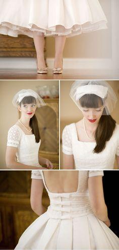 robe de mariée avec manches courtes, dos nu agrémenté de petits nœud, décolleté carré, robe longueur chevilles