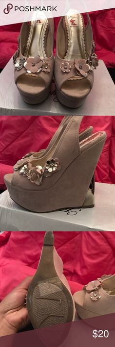 """Beige and Gold wedges For sale I have a beautiful pair of gold and beige wedges. I had a black pair as well and they are amazing. I believe the height is about 4"""" inches. They have the box and as you can see there is minimal to no wear. I love these shoes but like I said, I can't wear heels like that anymore.. so my loss is your gain. Shoes Wedges"""