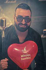 """Marco Iaconianni, DJ, cantante, ma soprattutto una persona con un grande cuore!  """"Puoi cambiare il mondo – recita un verso della sua canzone – o il colore a questo cielo. Si può fare molto, se lo si vuole per davvero"""".  Ed è proprio quello che stai facendo per noi e per i bambini cardiopatici. Grazie Marco per la tua bellissima testimonianza di """"Gioia, Amore, Speranza""""!"""