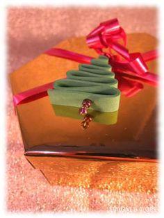 Geschenkanhänger aus Moosgummi in Tannenbaumform