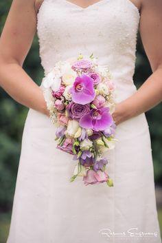 Bruden der holder den smukke brudebukket.