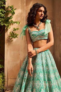 Indian Wedding Outfits, Bridal Outfits, Indian Outfits, Dress Indian Style, Indian Fashion Dresses, Fashion Outfits, Indian Lehenga, Green Lehenga, Simple Lehenga