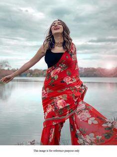 Looking Red colour Beautiful Saree On Premium Georgette Fabric With Digital Print And Banglori Blouse Casual Saree Party Wear Saree - Saree Styles Trendy Sarees, Stylish Sarees, Simple Sarees, Bollywood Saree, Bollywood Fashion, Saree Fashion, Fashion Dresses, Dress Indian Style, Indian Dresses