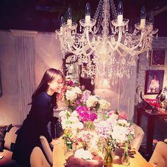 この空間に住みたい #chandelier #room #flower #bouquet
