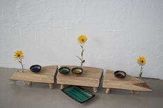 Tre delt elmetræs anretter platter til midt på spisebordet, med små ben og tre blomsterholdere. 95 x 20 cm