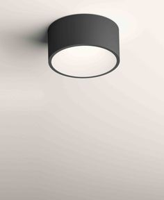 Aus der Vibia Familie Domo orientieren sich die Domo 8210 Deckenleuchten LED an der klassischen zylindrischen Schirm-Silhouette und sind mit einer versenkten energieeffizienten LED-Lichtquelle bestückt. Der Aluminiumdiffusor trägt ein edles graphitgrau matt lackiertes Äußeres...