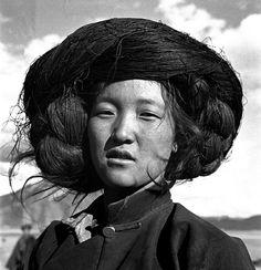 "Zhuang Xueben, ""Woman of Naxi People, Yang Ming County, Yunnan Province,"" 1934 Fotojournalismus, China People, World Hair, Girls Club, Hair Day, Headdress, Portrait Photography, Beautiful People, Photos"