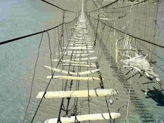 EL RIO SUIZO TRANSPARENTE COMO EL CRISTAL. TIENE EL AGUA MAS LIMPIA DEL MUNDO. A pesar de que tiene una profundidad de 15 metros, el agua del rio Verzaska, en Suiza, es tan cristalina... que desde el fondo puede verse perfectamente un puente que hay...