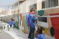 Palissade de chantier peinte par des enfants accompagnés des artistes - conçu par Celize Habillage urbain Ⓒ Hervé Abbaye