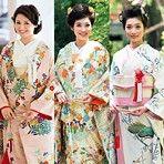 花嫁を初々しい愛らしさで包み込む和の婚礼衣装。古より受け継がれた草花模様には、未来永却の幸せを願う寿ぎの物語が込められています。そのため、草花模様は季節に関係なく、通念にまとうことができるとれています。新しい人生の門出に、華を添える想いで、誰よりも美しい伝統の花嫁を目指してください。