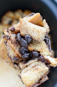 Crock Pot Chocolate Chip French Toast - French toast just got so much much better with this easy crock pot version. It's bite size and fun to eat! Breakfast And Brunch, Breakfast Dishes, Breakfast Recipes, School Breakfast, Breakfast Ideas, Crockpot French Toast, French Toast Bake, Crock Pot Recipes, Slow Cooker Recipes