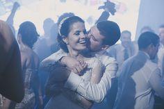 Confira mais detalhes do casamento de Paula e Ian no Euamocasamento.com e fotos de Renata Xavier. #euamocasamento #NoivasRio