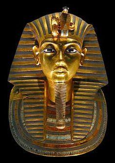 Maschera di Tutankhamon, ritrovata nella camera funeraria del faraone nella valle dei Re, costituita di oro massiccio, pietre semipreziose e ceramica, risalente al XIV secolo a.C., Nuovo Regno, oggi si trova nel Museo Egizio del Cairo, Egitto.