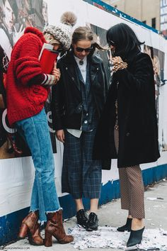 NYFW-New_York_Fashion_Week-Fall_Winter-17-Street_Style-Camille_Charriere-Vetements_Jeans-Red_Sweater-Beanie-Snake_Boots-Margaret_Zhang-1.jpg 1.050×1.575 píxeles